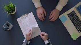 Το επιχειρησιακό άτομο υπογράφει μια σύμβαση καθμένος στον πίνακα και τινάζει τα χέρια με έναν συνεργάτη Υπερυψωμένο πλάνο απόθεμα βίντεο