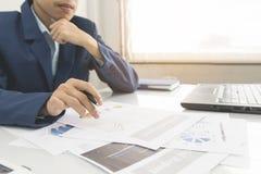 Το επιχειρησιακό άτομο υπολογίζει για το κόστος και να κάνει τη χρηματοδότηση στο γραφείο, χρηματοδοτεί το στόχο διευθυντών, επιχ Στοκ εικόνες με δικαίωμα ελεύθερης χρήσης