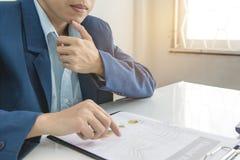Το επιχειρησιακό άτομο υπολογίζει για το κόστος και να κάνει τη χρηματοδότηση στο γραφείο, χρηματοδοτεί το στόχο διευθυντών, επιχ Στοκ φωτογραφία με δικαίωμα ελεύθερης χρήσης