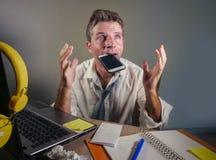 Το επιχειρησιακό άτομο χάνει μέσα την ακατάστατη και καταθλιπτική εργασία γραβατών στο φορητό προσωπικό υπολογιστή στο πρόβλημα ε στοκ εικόνες