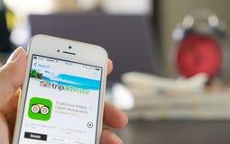 Το επιχειρησιακό άτομο χρησιμοποιεί την εφαρμογή tripadvisor για να προγραμματίσει το ταξίδι του Στοκ εικόνες με δικαίωμα ελεύθερης χρήσης