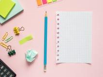 Το επιχειρησιακό επίπεδο βάζει με το διάστημα αντιγράφων στα ρόδινα σημειωματάρια ενός υποβάθρου για να γράψει το μολύβι αυτοκόλλ Στοκ Εικόνα