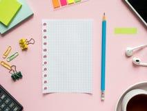 Το επιχειρησιακό επίπεδο βάζει με το διάστημα αντιγράφων στα ρόδινα σημειωματάρια ενός υποβάθρου για να γράψει το μολύβι αυτοκόλλ Στοκ φωτογραφία με δικαίωμα ελεύθερης χρήσης
