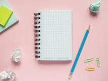 Το επιχειρησιακό επίπεδο βάζει με το διάστημα αντιγράφων στα ρόδινα σημειωματάρια ενός υποβάθρου για να γράψει το μολύβι αυτοκόλλ Στοκ εικόνα με δικαίωμα ελεύθερης χρήσης