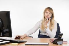 Το επιχειρησιακό κορίτσι ήταν ανίκανο να συμφωνήσει με τον πελάτη σε ένα κινητό τηλέφωνο Στοκ φωτογραφία με δικαίωμα ελεύθερης χρήσης
