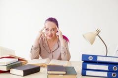 Το επιχειρησιακό κορίτσι κάθεται στο γραφείο για τους φακέλλους βιβλίων του εγγράφου Στοκ εικόνα με δικαίωμα ελεύθερης χρήσης