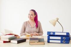 Το επιχειρησιακό κορίτσι κάθεται στο γραφείο για τους φακέλλους βιβλίων του εγγράφου Στοκ φωτογραφίες με δικαίωμα ελεύθερης χρήσης