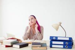 Το επιχειρησιακό κορίτσι κάθεται στο γραφείο για τους φακέλλους βιβλίων του εγγράφου Στοκ Εικόνες