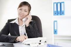 Το επιχειρησιακό πρόσωπο κάνει μια κλήση Στοκ Εικόνα
