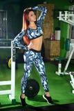 Το λεπτό νέο κορίτσι διορθώνει τον αριθμό στη γυμναστική Κατάρτιση στη γυμναστική για τη διόρθωση αριθμού Στοκ Εικόνες