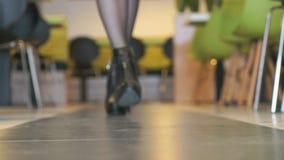Το λεπτό πρότυπο διαφημίζει τις κοντές μπότες στο εσωτερικό απόθεμα βίντεο