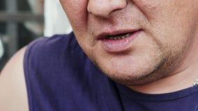 Το εργαζόμενο άτομο άναψε ένα τσιγάρο απόθεμα βίντεο