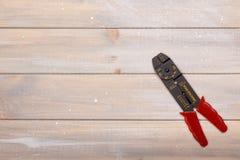 Το εργαλείο ηλεκτρολόγων ` s βρίσκεται στον ξύλινο πίνακα Στοκ Εικόνα