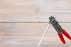 Το εργαλείο ηλεκτρολόγων ` s στο ξύλινο υπόβαθρο στοκ φωτογραφία με δικαίωμα ελεύθερης χρήσης