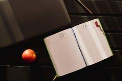 Το εργασιακό περιβάλλον Netbook με ένα σημειωματάριο είναι στον πίνακα στοκ εικόνα