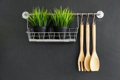 Το εργαλείο κουζινών κρεμά στο μαύρο τοίχο Στοκ εικόνες με δικαίωμα ελεύθερης χρήσης