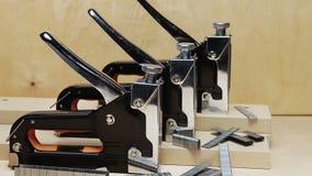 Το εργαλείο - stapler χειρωνακτικός μηχανικός - για την εργασία επισκευής στο σπίτι και για τα έπιπλα, και υποστηρίγματα απόθεμα βίντεο