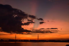 Το εργοστάσιο βρίσκεται στο ηλιοβασίλεμα Στοκ Εικόνες