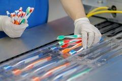 Το εργοστάσιο παράγει και συσκευάζει τις οδοντόβουρτσες των διαφορετικών χρωμάτων στοκ φωτογραφία με δικαίωμα ελεύθερης χρήσης