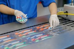 Το εργοστάσιο παράγει και συσκευάζει τις οδοντόβουρτσες των διαφορετικών χρωμάτων στοκ φωτογραφία