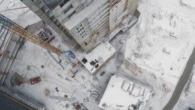 Το εργοτάξιο οικοδομής κατοικημένου κτηρίου, εξωτερικό εργασίας οικοδόμων τελειώνει, πυροβολισμός κηφήνων απόθεμα βίντεο