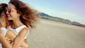 Το λεσβιακό ζεύγος τρέχει ο ένας στον άλλο και αγκαλιάζει σε μια παραλία απόθεμα βίντεο