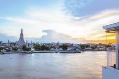 Το εστιατόριο απέναντι από τον ποταμό Chao Phraya, Wat Arun στοκ φωτογραφία με δικαίωμα ελεύθερης χρήσης