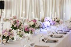 Το εστιατόριο είναι διακοσμημένο με τις floral ρυθμίσεις στοκ φωτογραφίες με δικαίωμα ελεύθερης χρήσης
