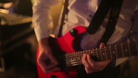 Το εστιατόριο ο μουσικός παίζει την κιθάρα φιλμ μικρού μήκους