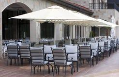 Το εστιατόριο παρουσιάζει chares τις ομπρέλες Στοκ φωτογραφία με δικαίωμα ελεύθερης χρήσης