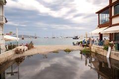 Το εστιατόριο στις ακτές του Αιγαίου πελάγους Άποψη των σκαφών στο λιμένα Στοκ Φωτογραφία