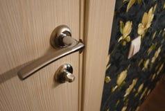 Το εσωτερικό ενός δωματίου που εγκαθίσταται με ένα νέο εσωτερικό πόρτα Η εγκατεστημένη πόρτα συμπληρώνει αρμονικά το εσωτερικό το στοκ εικόνα με δικαίωμα ελεύθερης χρήσης