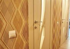 Το εσωτερικό ενός δωματίου που εγκαθίσταται με ένα νέο εσωτερικό πόρτα Η εγκατεστημένη πόρτα συμπληρώνει αρμονικά το εσωτερικό το στοκ φωτογραφία με δικαίωμα ελεύθερης χρήσης