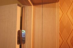 Το εσωτερικό ενός δωματίου που εγκαθίσταται με ένα νέο εσωτερικό πόρτα Η εγκατεστημένη πόρτα συμπληρώνει αρμονικά το εσωτερικό το στοκ εικόνες