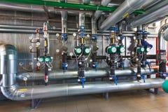 Το εσωτερικό ενός σύγχρονου σπιτιού λεβήτων αερίου με τις αντλίες, βαλβίδες, α Στοκ Φωτογραφίες