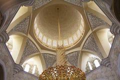 Το εσωτερικό μέρος του κεντρικού θόλου του άσπρου μουσουλμανικού τεμένους στο Αμπού Ντάμπι Τα Ε.Α.Ε. Στοκ Φωτογραφία