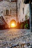Το εσωτερικό προαύλιο του φρουρίου Υψηλοί τοίχοι πετρών Ιταλία Angera Castle Rocca Di Angera Τρύγος Στοκ Φωτογραφίες