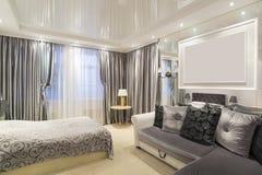 Το εσωτερικό της κρεβατοκάμαρας με ένα κρεβάτι και έναν καναπέ Στοκ φωτογραφία με δικαίωμα ελεύθερης χρήσης