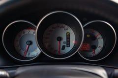 Το εσωτερικό του αυτοκινήτου με μια άποψη του ταμπλό, του ταχυμέτρου κ στοκ εικόνες