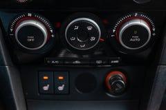 Το εσωτερικό του αυτοκινήτου με μια άποψη του ταμπλό, των μπροστινών κ στοκ φωτογραφία με δικαίωμα ελεύθερης χρήσης