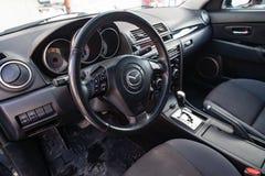Το εσωτερικό του αυτοκινήτου Mazda 3 με μια άποψη του τιμονιού, του ταμπλό στοκ φωτογραφίες με δικαίωμα ελεύθερης χρήσης