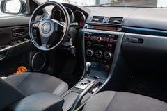 Το εσωτερικό του αυτοκινήτου Mazda 3 με μια άποψη του τιμονιού, του ταμπλό στοκ εικόνα με δικαίωμα ελεύθερης χρήσης