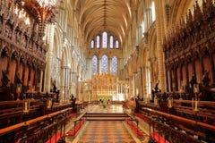 Το εσωτερικό του καθεδρικού ναού - η χορωδία με τα ξύλινα χαρασμένα καθίσματα και το πρεσβυτέριο στο υπόβαθρο στοκ φωτογραφία