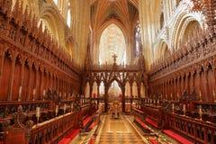 Το εσωτερικό του καθεδρικού ναού - η χορωδία με τα ξύλινα χαρασμένα καθίσματα στοκ εικόνα