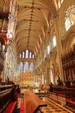 Το εσωτερικό του καθεδρικού ναού - η χορωδία με τα ξύλινα χαρασμένα καθίσματα και το πρεσβυτέριο στο υπόβαθρο στοκ εικόνες
