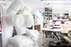 Το εσωτερικό του ράβοντας καταστήματος εργοστασίων Κλειστό στούντιο με διάφορες ράβοντας μηχανές Βιομηχανία ενδυμάτων Θολωμένη φω στοκ φωτογραφίες