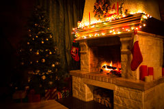 Το εσωτερικό Χριστουγέννων με το χριστουγεννιάτικο δέντρο, παρουσιάζει και εστία στοκ εικόνα με δικαίωμα ελεύθερης χρήσης