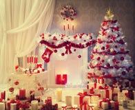 Το εσωτερικό δωματίων Χριστουγέννων, εστία χριστουγεννιάτικων δέντρων παρουσιάζει, σπίτι Στοκ εικόνα με δικαίωμα ελεύθερης χρήσης