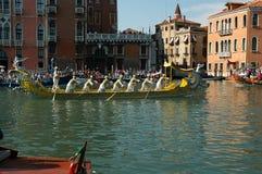 Το ετήσιο Regatta κάτω από το μεγάλο κανάλι στη Βενετία Ιταλία Στοκ Εικόνα