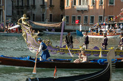 Το ετήσιο Regatta κάτω από το μεγάλο κανάλι στη Βενετία Ιταλία στοκ φωτογραφία